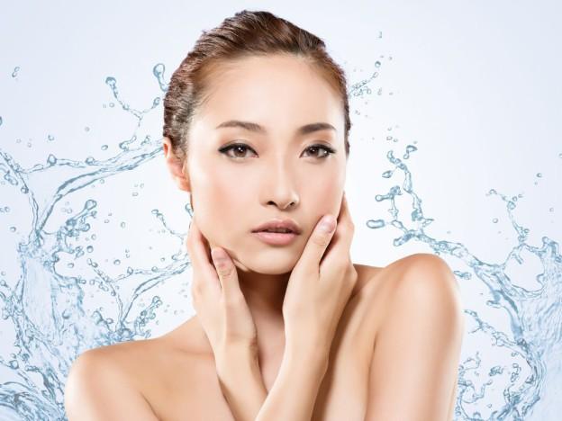 mujer que usa cosmetica coreana
